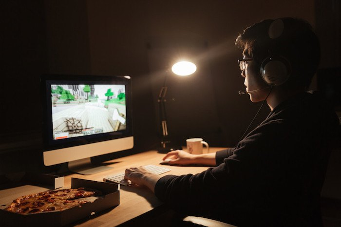 online gamer recording a letsplay gaming session as he would on Twitch to make money