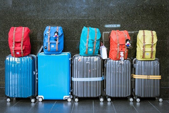 line of various sizes and color of luggage which can be sold via affiliate programs