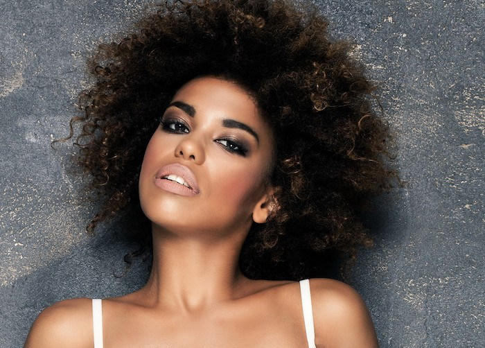 pretty african american model representing the best black hair affiliate programs