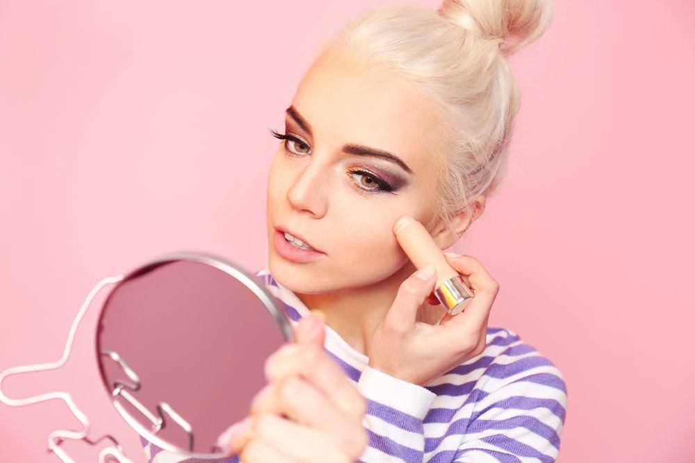 beauty blogger doing a makeup tutorial