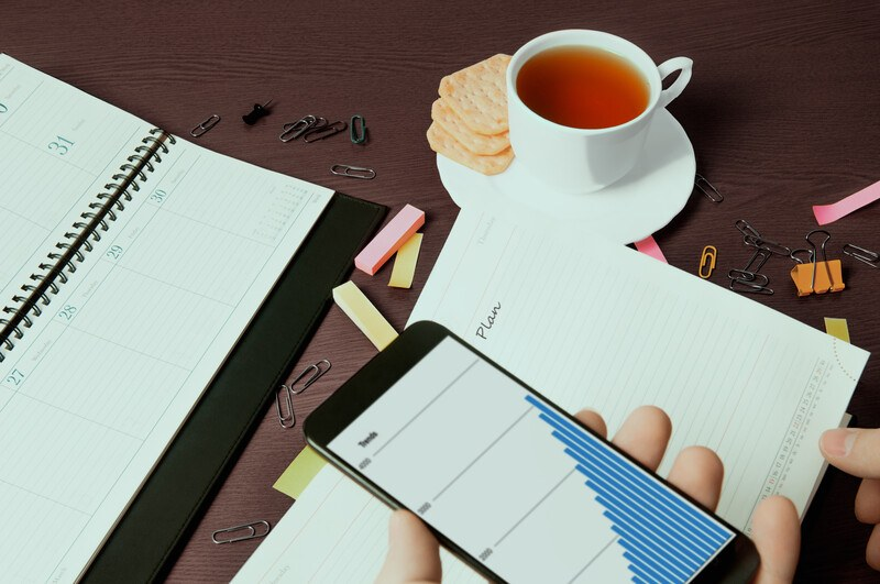 budgeting app on smartphone from budget-advice finance blog